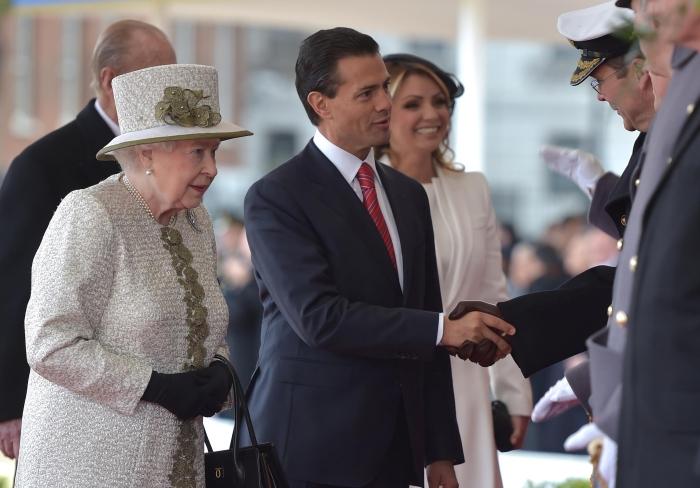 50303042. Londres.- La reina Isabel II de Inglaterra y el duque Felipe de Edimburgo dieron la bienvenida al presidente de México, Enrique Peña Nieto y a su esposa, Angélica Rivera, mediante una ceremonia realizada en el Palacio de Buckingham, con lo que inicia su visita de estado a ese país.   NOTIMEX/FOTO/PRESIDENCIA/COR/POL/RU15